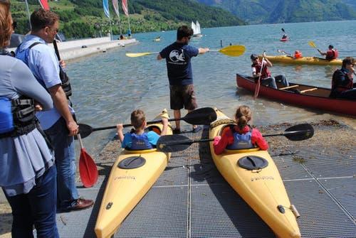 Erste Versuche mit Segel oder Paddel auf dem kühlen Nass beim Wassersportzentrum. (Bild: Rosmarie Berlinger)