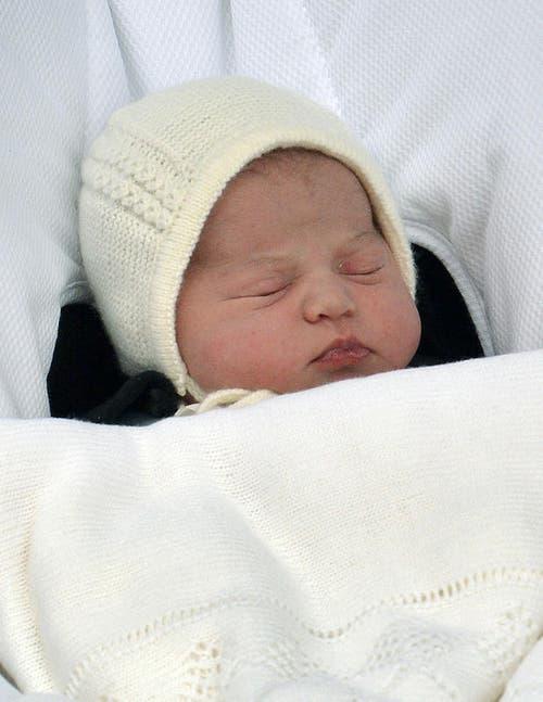 Das Baby von Herzogin Kate und Prinz William verschläft den ersten Auftritt für die Fotografen. (Bild: Keystone)