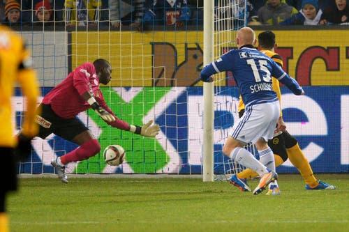 Der Luzerner Marco Schneuwly, rechts, erzielt das Tor zum 1:0 gegen YB-Torhüter Yvon Mvogo, links. (Bild: (KEYSTONE/Nick Soland))
