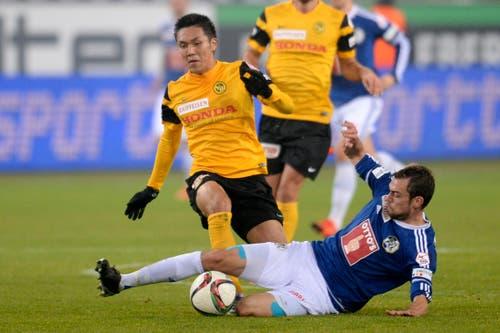 Der YB-Spieler Yuya Kubo, links, im Kampf um den Ball mit dem Luzerner Sebastian Schachten, rechts. (Bild: (KEYSTONE/Nick Soland))