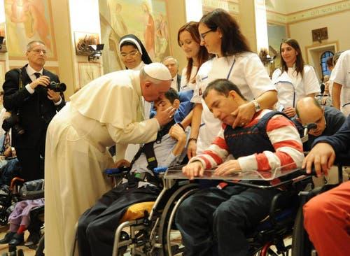 Ein Herz für benachteiligte Kinder: Besuch in Assisi. (Bild: Keystone)