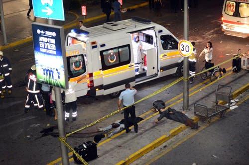 Rettungskräfte versorgen Hilfsbedürftige nach dem Anschlag. Laut Behörden wurden mindestens 147 Menschen verletzt. (Bild: IHLAS NEWS AGENCY)