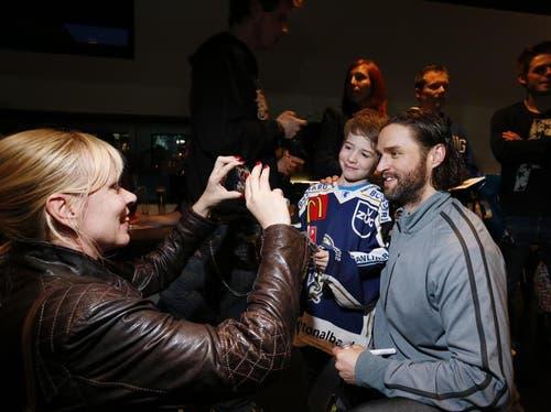 Claudia Pelli macht ein Foto mit Sohn Jérôme und EVZ-Stürmer Josh Holden. (Bild: Stefan Kaiser / Neue ZZ)