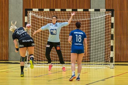 Die Kreuzlinger Topskorerin Martina Strmsek verwertet einen Penalty. Im Zuger Tor Laura Innes. (Bild: Christian H.Hildebrand / ZZ)