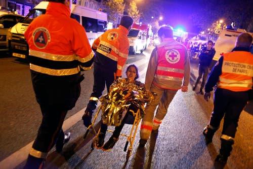 Eine der überlebenden Konzertbesucherinnen des Terroranschlages im Bataclan. (Bild: AP/Thibault Camus)