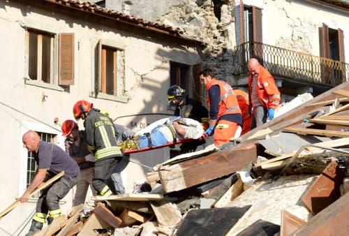 Ein verletzter Mann wird in Arquata del Tronto aus den Trümmern geborgen. (Bild: AP / Sandro Perozzi)