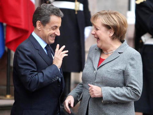 Was erzählen sie sich wohl? Die deutsche Bundeskanzlerin Angela Merkel und der französische Präsident Nicolas Sarkozy während einer Sitzung in Strassburg im Jahr 2011. (Bild: Keystone)