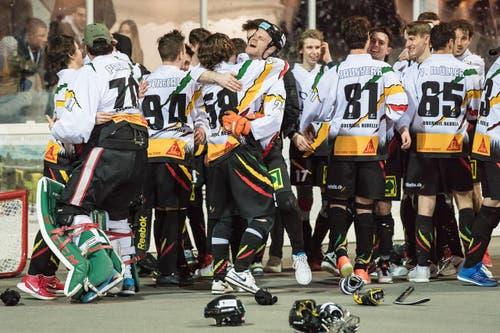 Freudentaumel nach dem Oberwiler Cupsieg. Die Rebells gewinnen gegen Grenchen-Limpachtal mit 5:2. (Bild: Christian Herbert Hildebrand, Zuger Zeitung)