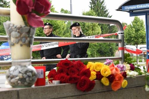 Blumen in der Nähe des Tatorts. (Bild: Kerstin Joensson)