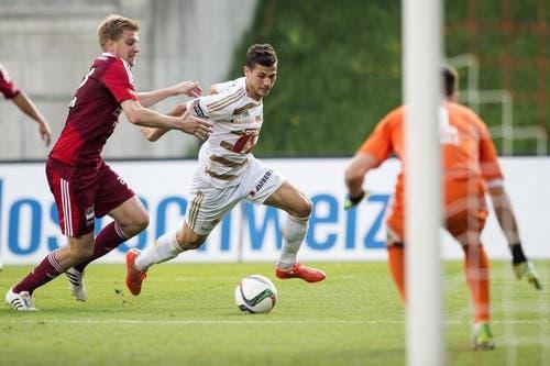 Florian Stahel (links) vom FC Vaduz im Sprint um den Ball gegen den Luzerner Alain Wiss, (mitte). (Bild: Keystone)