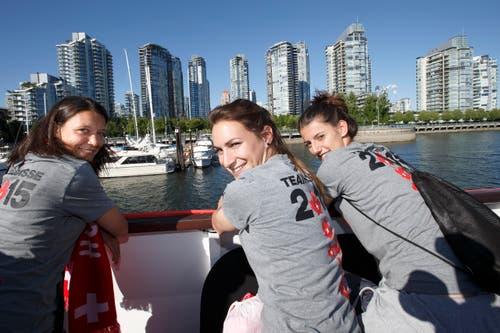 V.l.n.r.: Fabienne Bangerter, Nicole Remund, Florijana Ismaili haben sichtlich Spass an Bord der «Magic Charm». (Bild: KEYSTONE / SALVATORE DI NOLFI)
