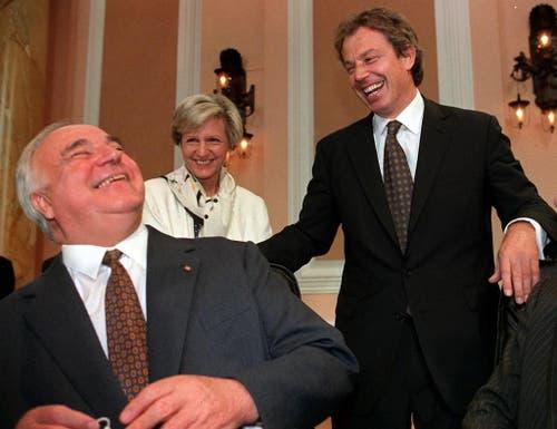 Der deutsche Bundeskanzler Helmut Kohl (links) und der britische Premierminister Tony Blair lachen zu Beginn des EU-Gipfels am 15. Juni 1998 in Cardiff. (Bild: Keystone)