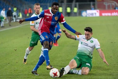 Basels Dimitri Oberlin im Kampf um den Ball gegen St. Gallens Silvan Hefti. (Bild: Keystone)