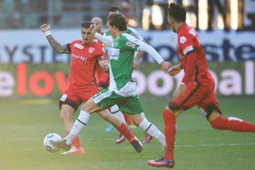 Thuns Dennis Hediger, links, gegen St.Gallens Gianluca Gaudino. (Bild: Keystone)