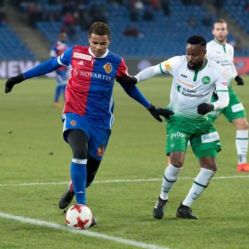 Manuel Akanji, verantwortlich für das 3:0, im Duell mit Nzuzi Toko, rechts. (Bild: Keystone)