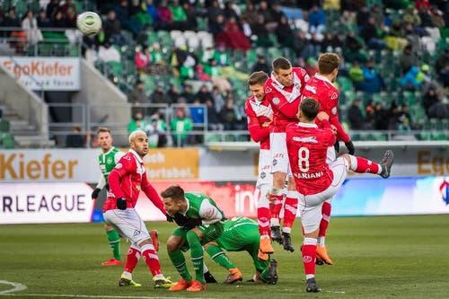 Der Freistoss zum 2:0 durch Runar Sigurjonsson. (Bild: Michel Canonica)
