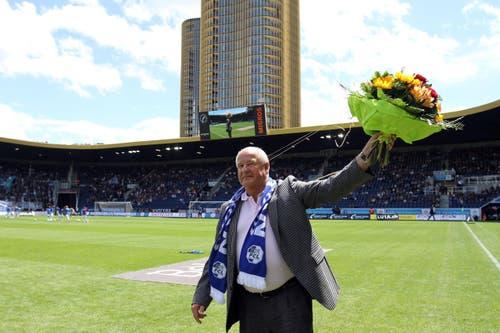 DER HEMDSÄRMELIGE: Walter Stierli gründete 1980 eine Gönnervereinigung des FC Luzern. 2005 bis 2012 war er dessen Vereinspräsidenten. Besondere mediale Aufmerksamkeit erhielt er, als er im Barrage-Spiel am 13. Juni 2009 gegen den FC Lugano nach einem Petardenwurf gegen den Schiedsrichter einschritt und die eigenen Anhänger dazu aufrief, damit aufzuhören. (Bild: Freshfocus)
