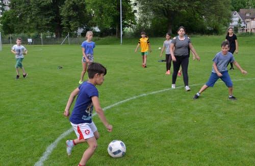 Die Jugend übt am Freitag bereits fürs sonntägliche Juniorenturnier. (Bild: Peter Jenni)