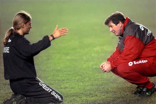 Im Gespräch mit dem damaligen Nationaltrainer Roy Hodgson (rechts) 1994. (Bild: Keystone)