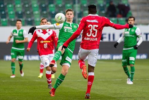 Cedric Itten vom FC St.Gallen gegen Stanley Amuzie vom FC Lugano. (Bild: Michel Canonica)