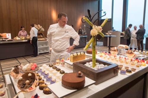 Mike Wehrle, Culinary Director des Bürgenstock-Resorts, begutachtet die Speisen. (Bild: Urs Flüeler / Keystone)