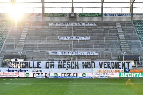 Der Espenblock betritt das Stadion erst bei Spielanpfiff, stattdessen hangen Transparente. (Bild: Keystone)