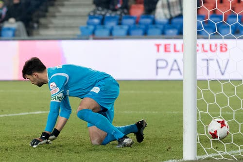 St. Gallens Torhüter Daniel Lopar lässt den Ball zum 3:0 durchrutschen. (Bild: Keystone)