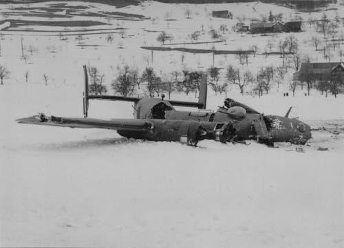 18. März 1944: Der «B-24 Liberator» stürzt in Dietschwil nur unweit eines Wohnhauses ab. (Bild: PD)