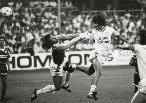 """Sie nannten ihn """"Ivan, den Schrecklichen"""": Der Chilene Ivan Zamorano trifft gegen Sion-Goalie Stephan Lehmann. (Bild: Archiv/St.Galler Tagblatt)"""