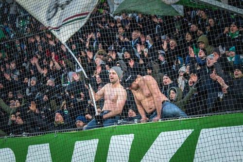 Die Fans im Espenblock scheinen die Kälte nicht zu spüren. (Bild: Michel Canonica)