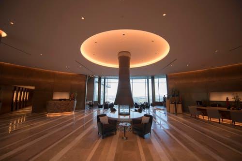 Die Réception mit der Lobby-Halle im Hintergrund im neuen Bürgenstock-Hotel (Bild: Urs Flüeler / Keystone)