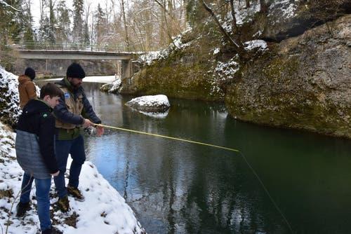 Jungfischer Yves Saxer wird bestens durch Roman Hediger betreut. (Bild: Timon Kobelt)