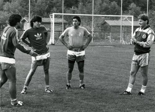 Trainer Kurt Jara (rechts) mit seinem chilenischen Trio Patricio Mardones, Ivan Zamorano und Hugo Rubio (v.l.). (Bild: Archiv/St.Galler Tagblatt)