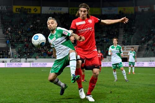 St.Gallens Mario Mutsch, links, gegen Thuns Simone Rapp. (Bild: Keystone)