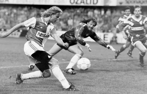 Die Profikarriere von Alain Sutter beginnt 1985 bei den Grasshoppers (hier in einem Spiel gegen Sion 1991). Mit den Zürchern holt Sutter 1990 und 1991 die Meisterschaft sowie 1989 und 1990 den Cup. (Bild: Keystone)