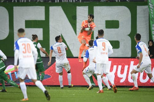 Daniel Lopar greift sich den ball im Strafraum. (Bild: Ralph Ribi)