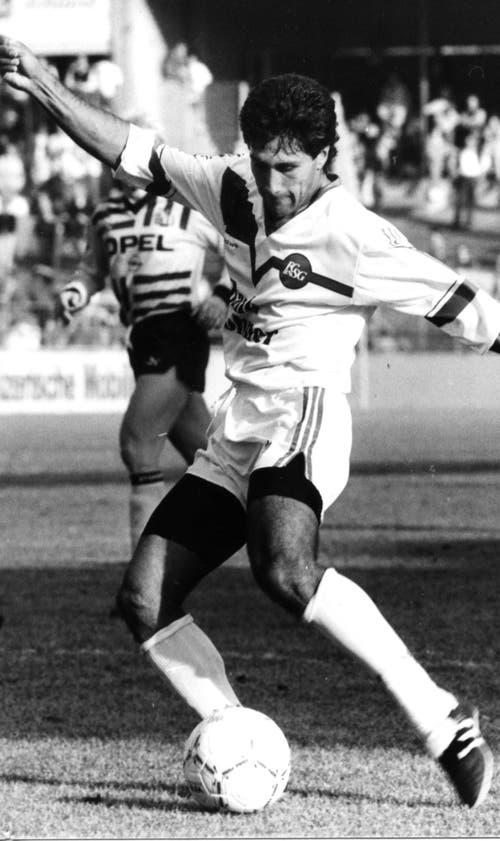 Ein filigraner, wendiger Spieler: Hugo Rubio bei einem Gastspiel im alten Berner Wankdorf-Stadion. (Bild: Archiv/St.Galler Tagblatt)