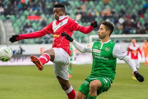 Nassim Ben Khalifa vom FC St.Gallen kämpft gegen Stanley Amuzie um den Ball. (Bild: Michel Canonica)