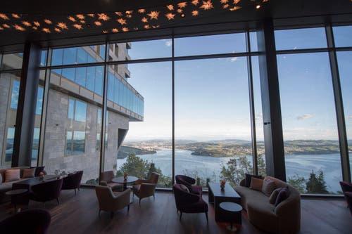 Blick aus der Lobby-Halle Richtung Vierwaldstättersee. (Bild: Urs Flüeler / Keystone)