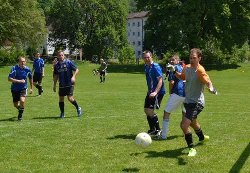 Im Auftaktspiel zum Plauschturnier schlagen «Die Büntler» «Don's TC Wattwil» 2:1. (Bild: Peter Jenni)