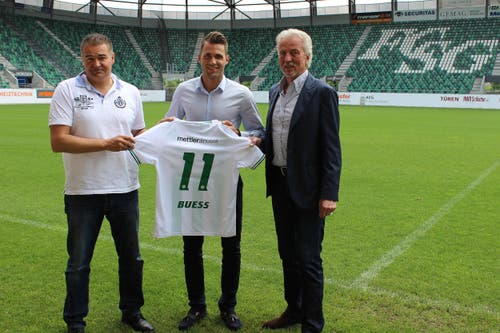 Dölf Früh mit Roman Buess und Sportchef Christian Stübi (links) (Bild: asdf)