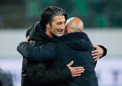 GC Trainer Murat Yakin gratuliert Giorgio Contini kurz nach Spielschluss zum Sieg. (Bild: Keystone)