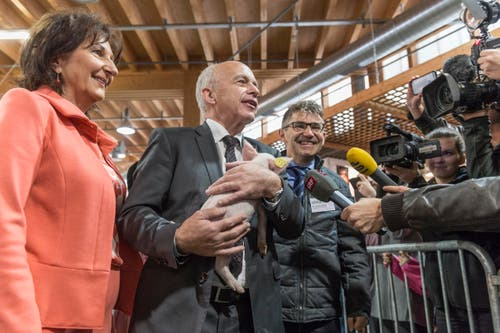 Beliebtes Sujet: Bundesrat Ueli Maurer wendet sich mit dem Säuli den Medien zu. (Bild: Hanspeter Schiess)
