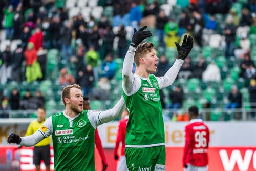 Cedric Itten und Runar Sigurjonsson bejubeln das 1:0. (Bild: Michel Canonica)