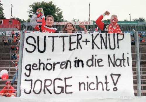 Protest gegen den Trainer: Der damalige Nationalcoach Artur Jorge beschliesst, sowohl Sutter als auch Stürmer Adrian Knup nicht für die EM 1996 in England zu nominieren. Eine Welle des Protest schlägt dem Portugiesen entgegen - sein Engagement bei der Schweizer Nati endet nach nur einem Jahr. (Bild: Keystone)