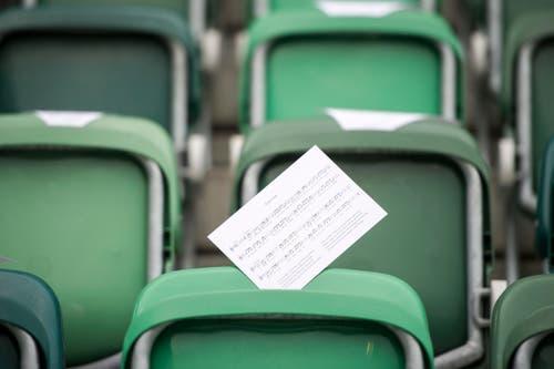 Neue Saison, neue Hoffnung - und endlich eine FCSG-Hymne - sie liegt vor dem ersten Match der Saison 2016/2017 in der AFG Arena auf. (Bild: Benjamin Manser)