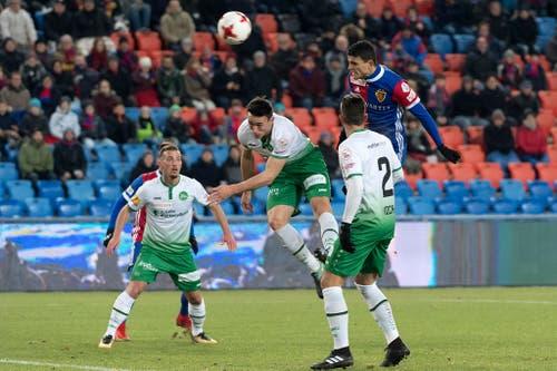 Basels Mohamed Elyounoussi bei einem Kopfball. (Bild: Keystone)