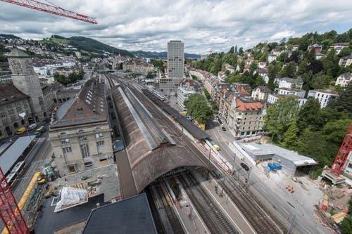 St. Gallen - Fachhochschule und Bundesverwaltungsgericht Bahnhof Umbau Unterführung Ankunftshalle Bauarbeiten Bau SBB Bahn Zugverkehr (Bild: Ralph Ribi)