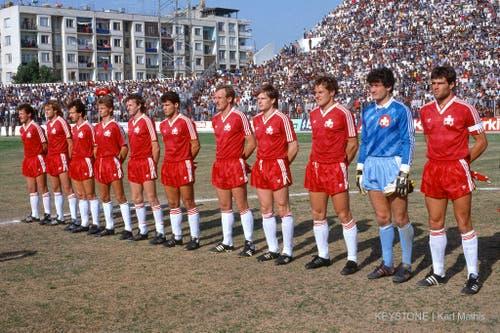 1985 debütiert Sutter mit nur 17 Jahren in der Nationalmannschaft. Unsere Aufnahme zeigt das Schweizer Team bei einem Testspiel gegen die Türkei in Adana im März 1986. Sutter steht an vierter Position von links. (Bild: Keystone)