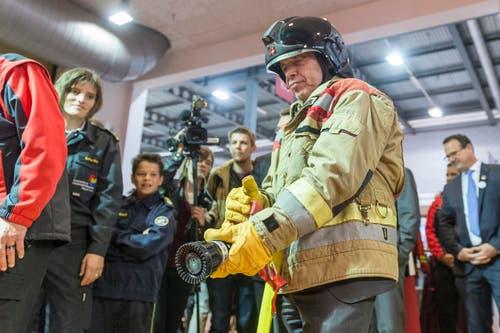 Geht da ein Kindheitstraum in Erfüllung? Der Finanzminister hantiert mit einem Feuerwehrschlauch. (Bild: Hanspeter Schiess)